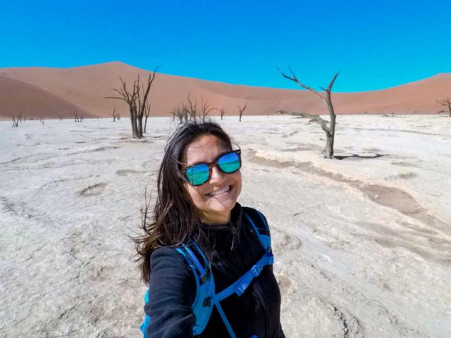 Live More, Travel More in Namibia with Chameleon Safaris - photo by Elaine Villatoro - Sossusvlei - Sand Dunes - Deserto da Namibia - Deadvlei - Dead Vlei - Dead Trees - Árvores Mortas - Sunglass - Rayban - Óculos de Sol