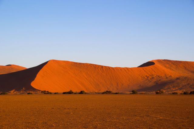 Live More, Travel More in Namibia with Chameleon Safaris - photo by Elaine Villatoro - Sossusvlei - Sand Dunes - Deserto da Namibia - Dunas - Sombra - Shade