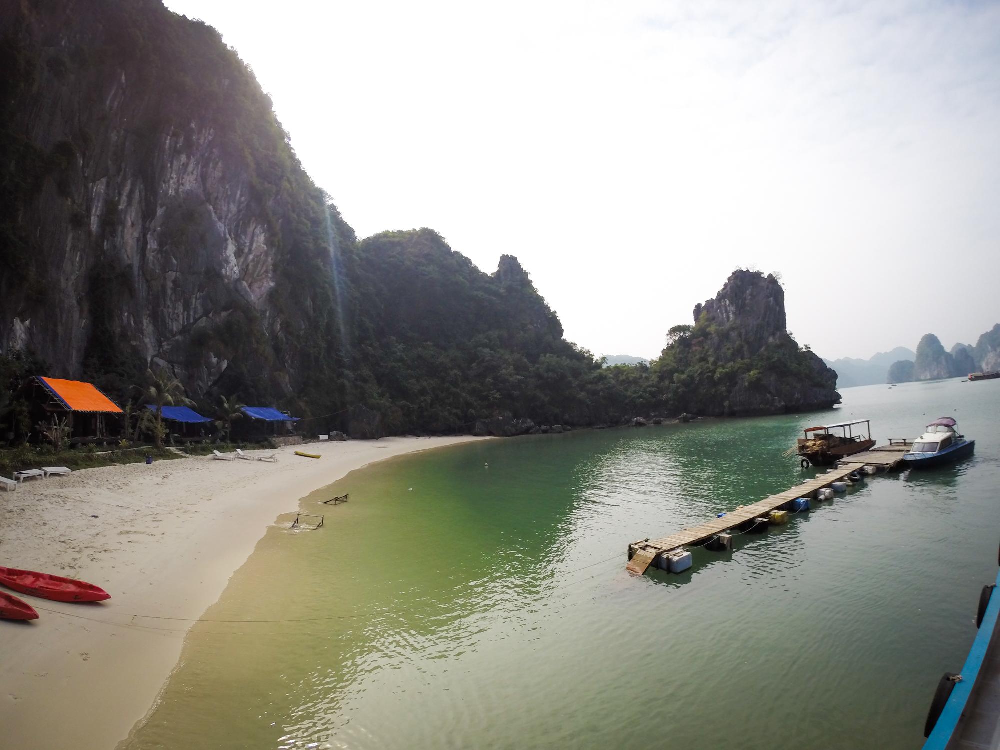 Elaine Villatoro - Live More, Travel More - Vietnam - Vietnã - Halong Bay - Castaway Islands - Vietnam Backpackers - Hanoi Backpackers - Beach - Praia