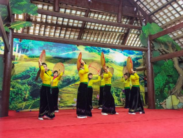 Elaine Villatoro - Live More, Travel More - Vietnam - Vietnã - Sapa - Mountain - Montanha - Hamrong - Dance