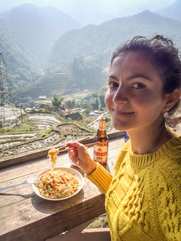 Elaine Villatoro - Live More, Travel More - Vietnam - Vietnã - Sapa - Cat Cat Village - Vilarejo - Khu Du Lich Cat Cat - Hike - Trilha - rice fields - plantação de arroz  - Fried noodles - comida - food - beer - bia ha noi - cerveja