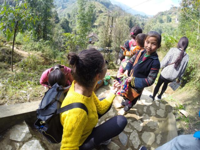 Elaine Villatoro - Live More, Travel More - Vietnam - Vietnã - Sapa - Cat Cat Village - Vilarejo - Khu Du Lich Cat Cat - Hike - Trilha - Girls selling bracelets - Meninas vendendo pulseira