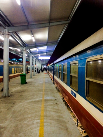 Elaine Villatoro - Live More, Travel More - Vietnam - Vietnã - Sapa - Hanoi - Trem - Train Station