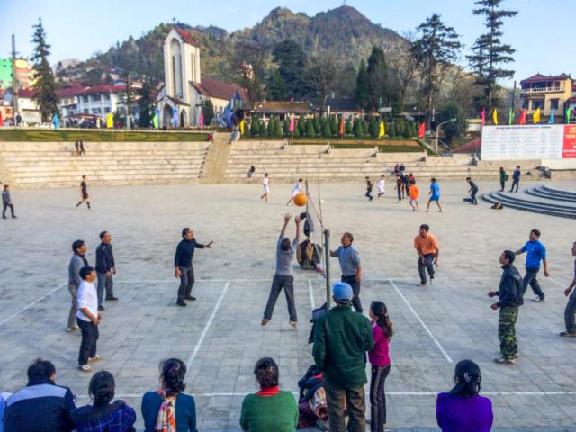 Elaine Villatoro - Live More, Travel More - Vietnam - Vietnã - Sapa - Church - Igreja - Volleyball - Men - Homens jogando volei