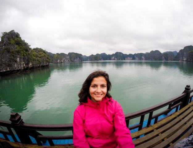 Elaine Villatoro - Live More, Travel More - Vietnam - Vietnã - Halong Bay - Castaway Islands - Vietnam Backpackers - Hanoi Backpackers - Beach - Praia - Party Cruise