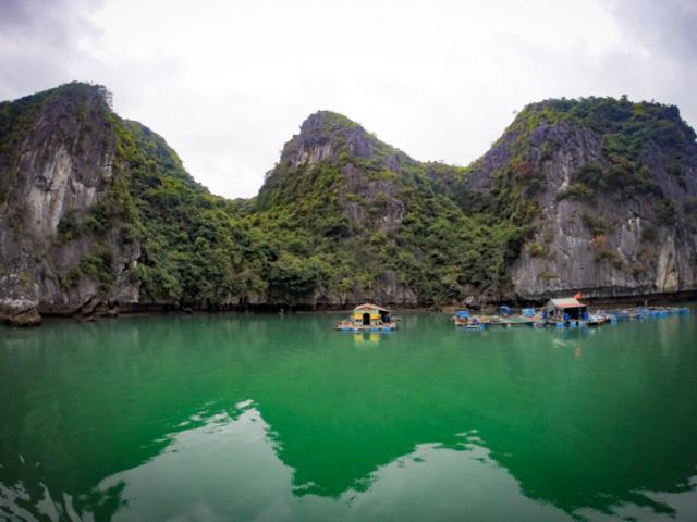 Elaine Villatoro - Live More, Travel More - Vietnam - Vietnã - Halong Bay - Castaway Islands - Vietnam Backpackers - Hanoi Backpackers - Beach - Praia - Party Cruise - Fisherman Houses