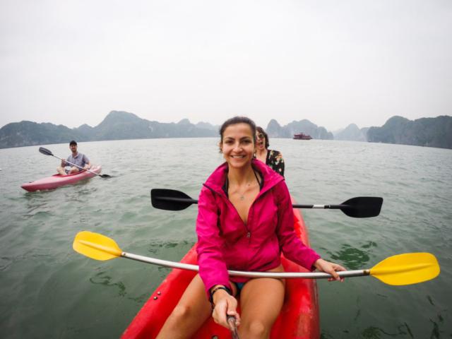Elaine Villatoro - Live More, Travel More - Vietnam - Vietnã - Halong Bay - Castaway Islands - Vietnam Backpackers - Hanoi Backpackers - Beach - Praia - Kayak