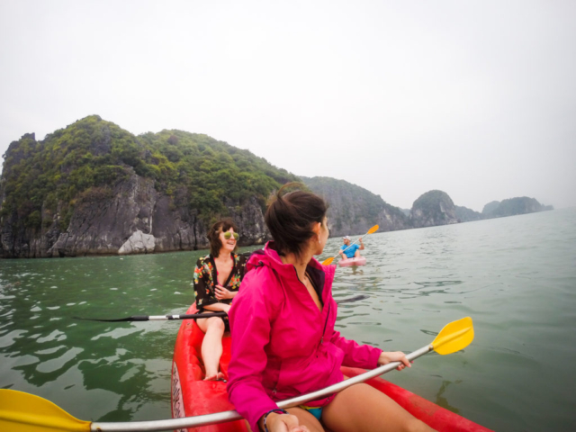 Elaine Villatoro - Live More, Travel More - Vietnam - Vietnã - Halong Bay - Castaway Islands - Vietnam Backpackers - Hanoi Backpackers - Beach - Praia - Kayak
