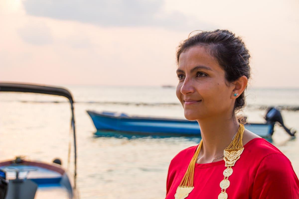 Elaine vestida como uma nativa nas Maldivas