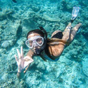 Mulher Snorkel em Rasdhoo Maldivas