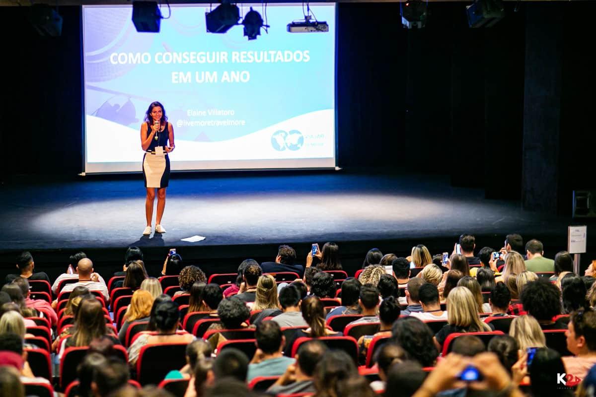 Elaine Villatoro palestrando no evento Viajar para Sempre 2018 em São Paulo